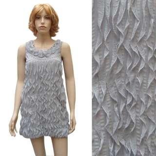 Le corps de la robe est fait de multiples petits volants verticaux